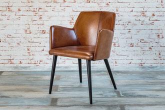 Der Armlehnenstuhl Alex aus Büffel Echtleder verspricht großen Sitzkomfort und lädt zum Sitzen ein. Das Gestell aus gebeiztem Holz ist geradlinig und schlicht.