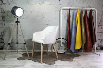 Der Esszimmerstuhl Lisa ist aufgrund seiner abgerundeten Formen ein Lederstuhl mit feiner Optik und Haptik. Die Sitzfläche und Armlehnen sind angenehm weich gepolstert