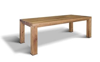 Rustikaler und moderner Esstisch aus Eiche mit außenstehenden Tischbeinen