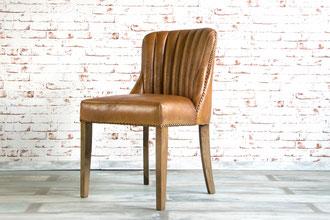 Dick gepolsterter Esszimmestuhl Isla aus feinem Leder im klassischen Italia Design, das Leder ist an den Rändern mit Leder Nieten aus Messing beschlagen.