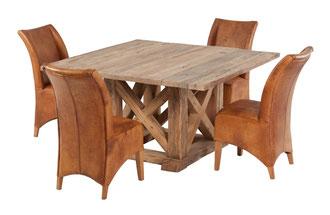 Quadratischer Esstisch aus alter Balkeneiche