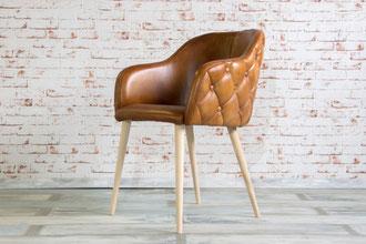 Der elegante Stuhl Zara bringt ein ganz besonderes Flair und Sitzkomfort an Ihren Esstisch, die gesteppte Sitzschale aus feinem Büffelleder mit Lederknöpfen abgesetzt