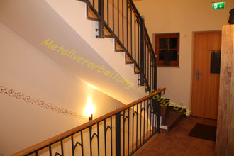 Treppengeländer innen pulverbeschichtet mit Holzhandlauf und Granitkugeln