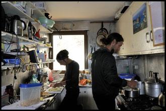 ...dans une petite cuisine. (là, juste assez grande pour Noémie et Aurélien...!)
