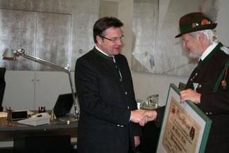 LH Günther Platter bei der Übernahme der Ehrenmitglied Urkunde von OSM Arno Gufler