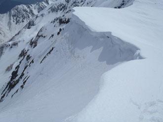 鞍部は巨大な雪庇が張り出していた