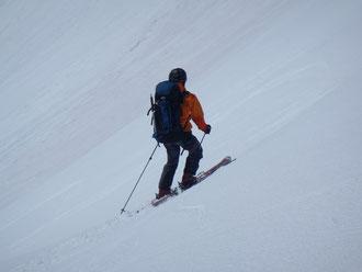 大喰岳カールを滑る佐々木さん