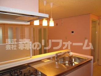 松戸市マンションリフォーム キッチンリフォーム後 ピンクの対面式のキッチンになりました