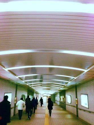 地下鉄の通路:蛍光灯