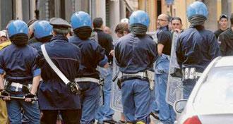 La pacifica protesta dei tifosi nerazzurri, controllati dalle Forze dell'Ordine