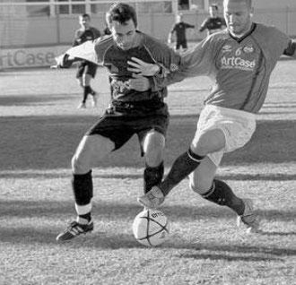 Siciliano, autore del primo gol, contrastato da un difensore