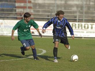 Gianni Bella contrastato a metà campo