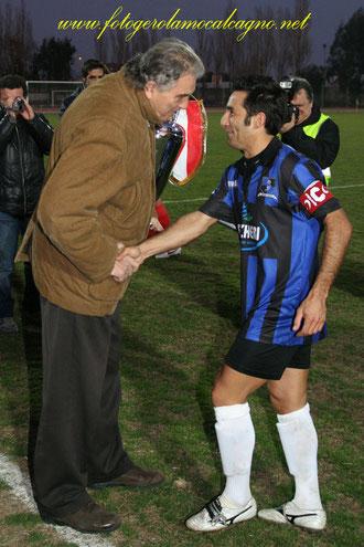Il Presidente Sonno consegna la Coppa a Iannolo