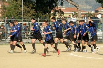 70': la squadra festeggia il raddoppio di Pennone