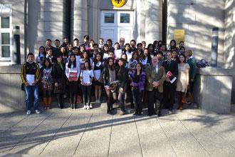 Alle Teilnehmer der DSD-1-Prüfungen auf einem Bild. Gruppenfoto vor der Botschaft der Bundesrepublik Deutschland.