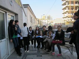 Kurz vor der Aufnahme: Bei milden Temperaturen warten die 'Bundeskanzler-Teams', die Schüler der Klasse 10, vor dem Eingang des Deutschen Radios Ulaanbaatar.