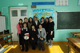 Sebastian mit Deutschlehrerinnen, der Direktorin der AvH-Schule und der Fachberaterin der ZfA