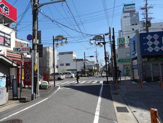 交差点まで歩いて、交差点を渡らずに右折します。