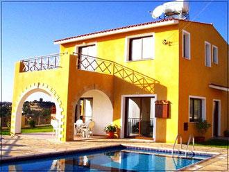 Villa mit Pool, Garten + Terrasse | Foto: © Brigitte Berendes