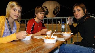 Pasta-Party auf dem ehemaligen Flughafen Tempelhof