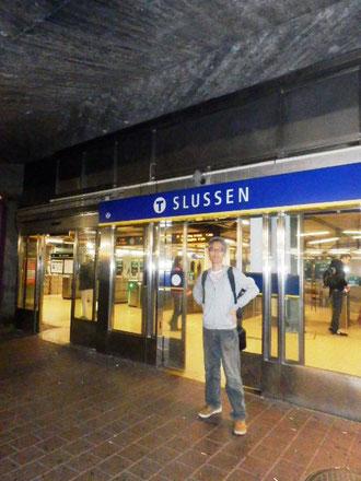 グスタフスベリ行バスの発着所 slussen駅。看板がスウェーデン色