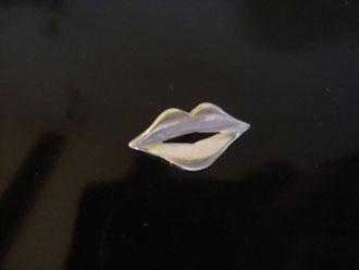 Broche labios plata