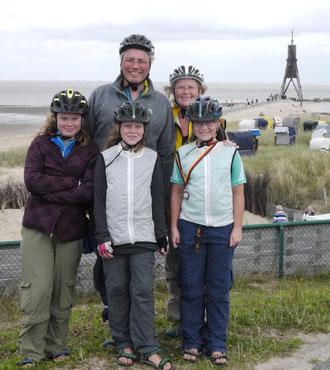 Das sind wir, angekommen am Ende des Weserradweges, an der Kugelbake in Cuxhaven. Fast 950 km Strecke hinter uns