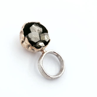 "Ring von Dora Des -""Chalices and rocks"" - Sterlingsilber, Bronze, Pyrite"