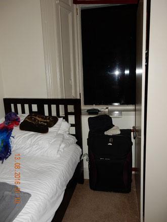 ein Eindruck meines Zimmers - beim Schrank ist das Zimmer zu Ende - dahinter liegt das winzige Bad - Markus Zimmer ist sogar noch etwas kleiner