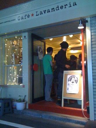 土曜の夜のジュークジョイントならぬ、土曜の夜のトークショー。新宿二丁目のカフェ・ラバンデリア。
