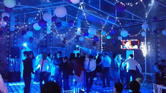 Evento con pista iluminada en la boda de Abigail y Marilu