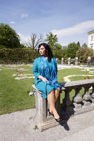 Plus Size Model in blauem Kleid
