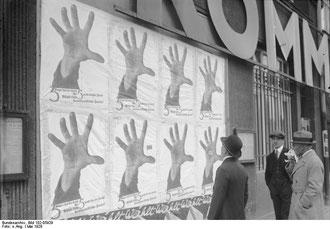 Affiches placardées dans les rues en Allemagne en 1928.