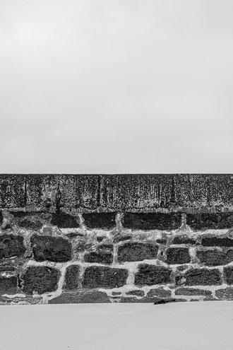 Plouguerneau sable mur pierre noir & blanc
