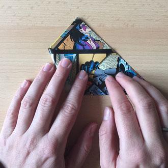 Die erste Dreieck-Spitze nach Innen falten.