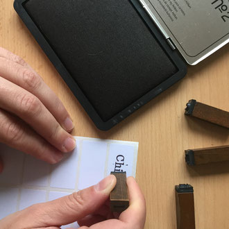 Kleine Klebe-Ettiketen mit dem Namen beschriften.
