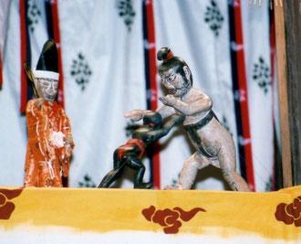 住吉大神と相撲をとる祇園大神