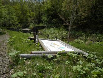 今年の雪害で案内板も倒壊しています