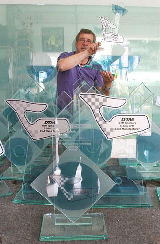 Anton Kowald machte alle DTM Pokale 2011 aus Glas für den Red Bull Ring