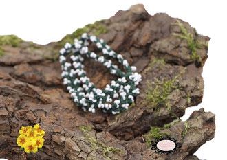 bracelet au crochet Aerin double rang mélange d'un coton Oeko-Tex vert foncé et de rocailles de Bohème blanches, un joli bijou textile fermé par une boule de perles à glisser dans un maillon perlé
