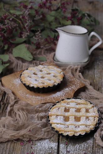 Mürbteig-Apfelkuchen auf einem Brett