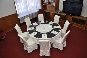 TV Room mit rundem Tisch