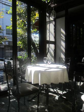 隣りのテーブルも光を浴びて発光していた^^
