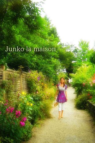 庭に洋服を生ける気持ちで 鮮やか紫をさしこんで。お花達と友達になるように