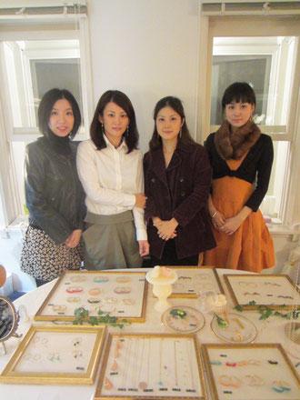 写真うつりが悪いけれど、三人とも実物はもっと素敵な美人さんなんです^^!真ん中右の妹さんいがいは皆同窓生。お姉さんは綾瀬はるかさん似、妹さんは違ったタイプの美人さん。えりちゃんはチェ・ジウ似^^