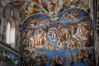 天井には「アダムの創造」「ノアの洪水」などが、壁亜には「最後の審判」が描かれています。