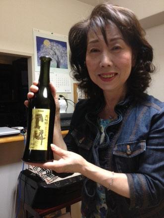 鳳麟という上質な日本酒を手にしている母(笑)