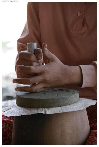 Hier wird der Rost im Innern eines Gartopfes hergestellt.