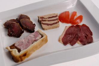 Assiette apéritive : filet mignon, magret d'oie, mille feuilles de foie gras au magret, mini paté croute volaille foie gras...