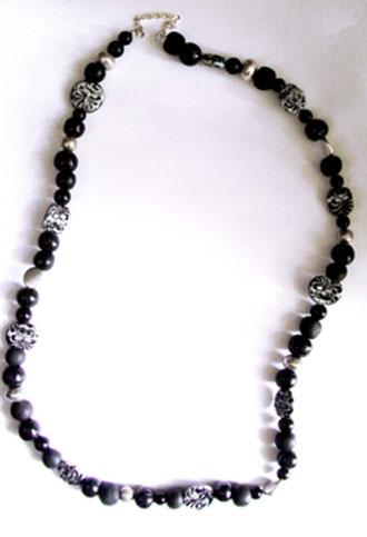 Schmuck Kette mit schwarzen und schwarz silbernen Perlen aus Fimo